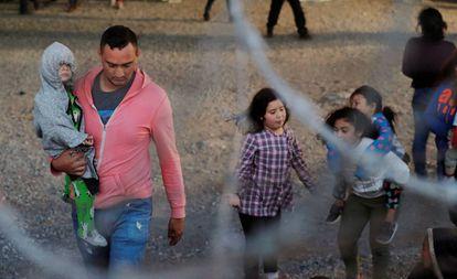 Inmigrantes centroamericanos detenidos al aire libre en El Paso, Texas.