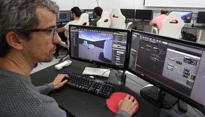 El director de Virtual Recall Academy, José Manuel Moreno, en una clase con sus alumnos.
