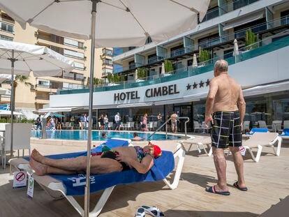 Turistas toman el sol en la piscina de un hotel de Benidorm (Alicante), en octubre de 2020.
