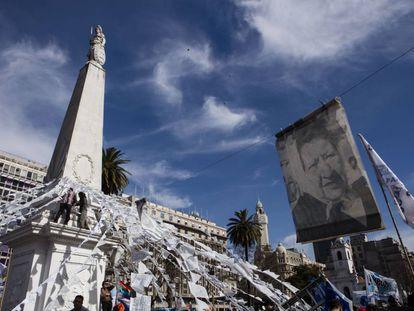 Una multitud rodea la Pirámide de Mayo en la ronda 2.000 de las Abuelas de Plaza de Mayo.