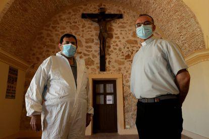 El sepulturero, Leandro Cañaveras, y el sacerdote, Alberto García, a la entrada del cementerio.