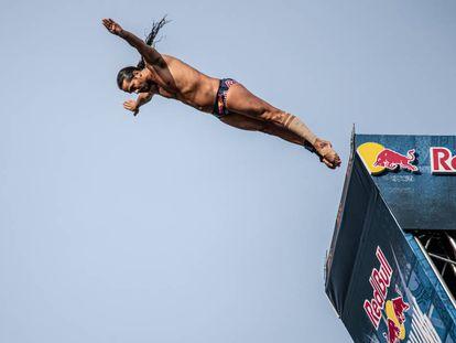 Orlando Duque salta de la plataforma del puente de La Salve, Bilbao.