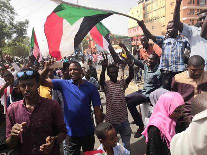 Manifestantes sudaneses protestan este jueves en las inmediaciones del cuartel general del Ejército.