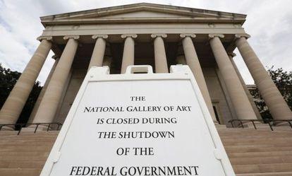 Cartel informando del cierre frente a la National Gallery, en el Mall de Washington.