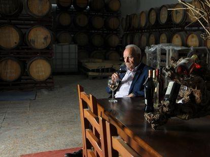 Eusebio Mariscal, propietario de una bodega familia centeneraia en la Alcarria, degusta uno de sus vinos.