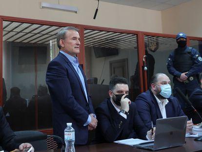 Viktor Medvedchuk (de pie), líder del partido Plataforma de Oposición por la Vida, durante la vista judicial en Kiev este jueves.