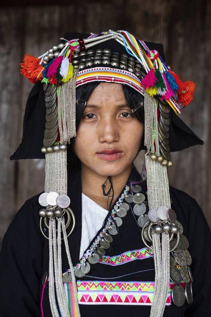 Yayer posa con el traje tradicional de la etnia akha, una de las minorías étnicas que habitan en Laos.