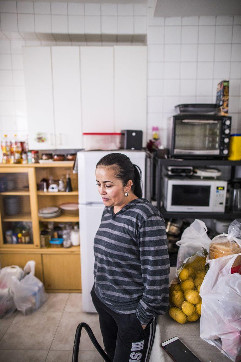 Blanca Nubia, empleada doméstica, confinada en su piso de Alcobendas por el coronavirus.
