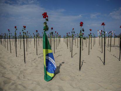 """Centenares de rosas rojas fueron """"plantadas"""" en memoria de las 500.000 personas fallecidas por la covid-19 en Brasil este martes en la emblemática playa de Copacabana, en Río de Janeiro (Brasil)."""