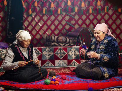 Vídeo: Fabricación de telas en Kirguistán. Foto: Dos mujeres de Kirguistán trabajan en iyik, técnica nacional para la fabricación de hilos.