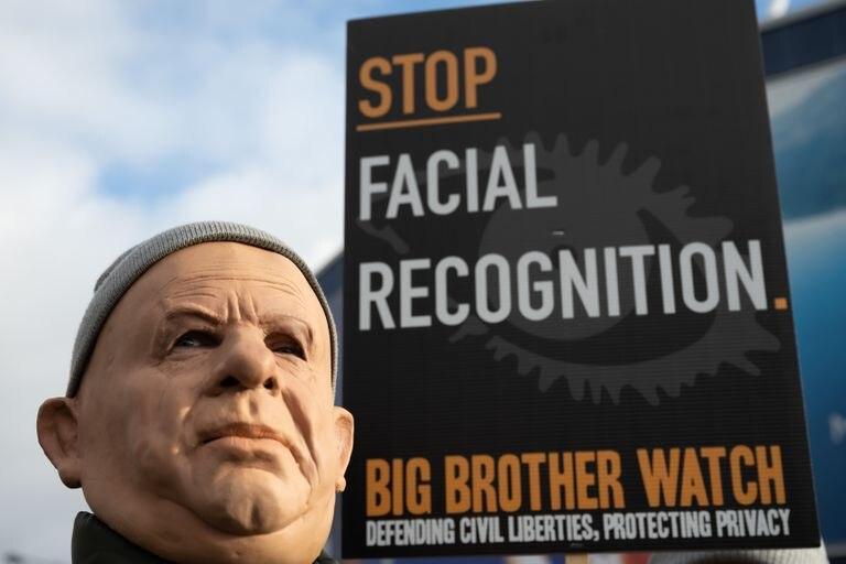 Un hombre enmascarado en una protesta organizada en enero en Cardiff contra el uso de cámaras de reconocimiento facial por parte de la policía