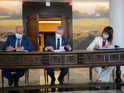El lehendakari Íñigo Urkullu en el centro durante la firma del acuerdo, junto a Andoni Ortuzar e Idoia Mendia.
