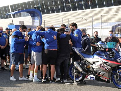 El equipo y los familiares de Dean Berta Viñales despiden al piloto en el minuto de silencio celebrado el domingo en el circuito de Jerez.