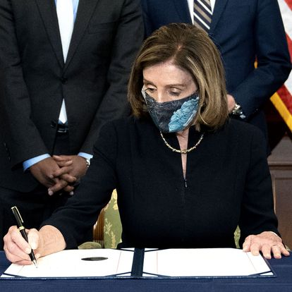 WASHINGTON, DC - JANUARY 13: Speaker of the House Nancy Pelosi (D-CA) signs an article of impeachment against President Donald Trump at the U.S. Capitol on January 13, 2021 in Washington, DC. The House of Representatives voted to impeach Trump for incitement of insurrection, following Vice President Mike Pences refusal to use the 25th amendment to remove him from office for his role in the breach of the U.S. Capitol last week.   Stefani Reynolds/Getty Images/AFP == FOR NEWSPAPERS, INTERNET, TELCOS & TELEVISION USE ONLY ==