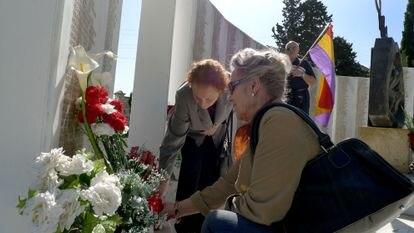 Actos en el cementerio de San Eufrasio de Jaén organizados la Asociación de la Memoria Histórica en una fosa común con restos de republicanos muertos en la Guerra Civil en 2011.