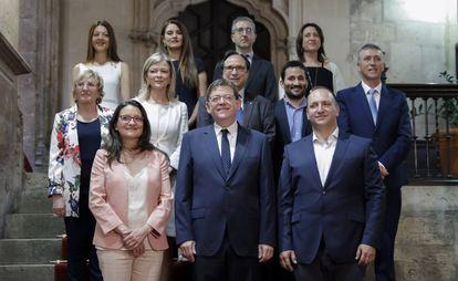Los 12 miembros del Gobierno valenciano, con el presidente Ximo Puig, en el centro de la primera fila.