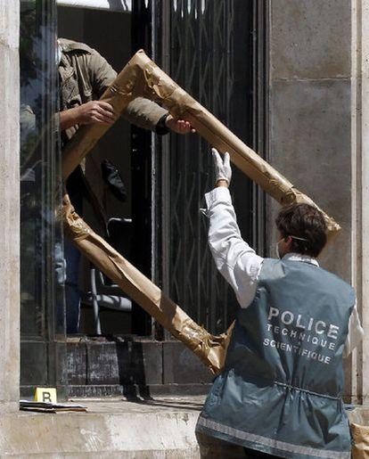 Las obras maestras sustraídas en el Museo de Arte Moderno de la Ciudad de París pertenecen a Picasso, Matisse, Modigliani, Georges Braque y Fernand Léger. En la imagen, un policía científico saca del museo uno de los marcos de las obras robadas
