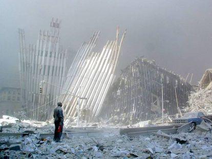 Un hombre contempla entre los escombros las ruinas de las Torres Gemelas.
