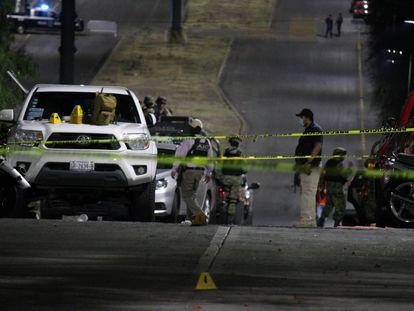 Fuerzas de seguridad resguardan el lugar donde fue asesinada la candidata de Movimiento Ciudadano Alma Barragán en Moroleon, Guanajuato, el 25 de mayo de 2021.