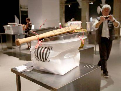 La obra de Franc Aleu en la exposición de urnas del 1-0 en el Arts Santa Mònica.