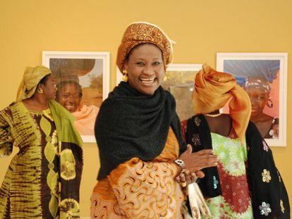 Asistentes a una exposición fotográfica en Casa África.