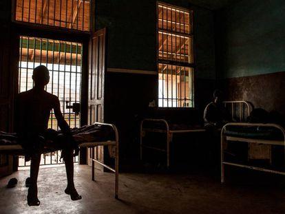 Un joven espera su turno para ser atendido en el centro hospitalario de la prisión de Pademba, en Freetown, Sierra Leona.