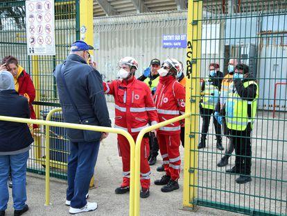 Dos sanitarios miden la temperatura de los asistentes al partido entre el Lecce y la Atalanta, este domingo en Lecce (Italia).