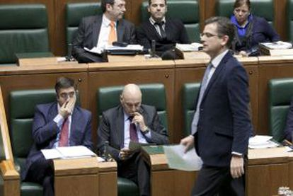 Basagoiti pasa por delante de López y Ares en el pleno del Parlamento vasco.