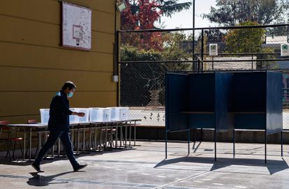 Un hombre camina en uno de los centros de votación habilitados para las elecciones de este fin de semana, en Santiago, el 12 de mayo.