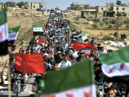 Cientos de manifestantes antigubernamentales, este viernes en Maarat al-Numan, en la provincia de Idlib (Siria).