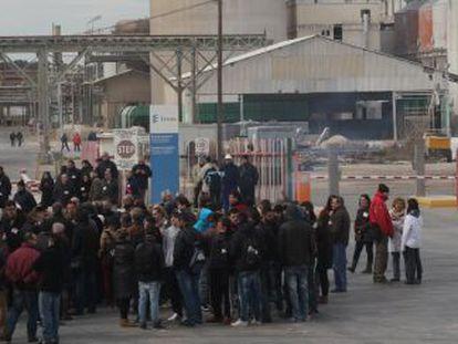 Un grupo de trabajadores ante la puerta de Ercros, en Flix.
