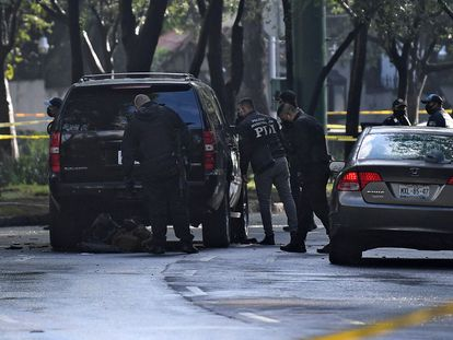 Police inspect a car after Mexico City's Public Security Secretary Omar Garcia Harfuch was wounded in an attacked in Mexico City, on June 26, 2020. (Photo by PEDRO PARDO / AFP)