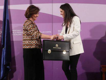 Irene Montero, junto a Carmen Calvo, durante su toma de posesión como ministra de Igualdad en enero de 2020.