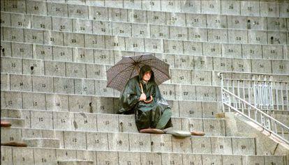 Joaquín Vidal, con capa y paraguas bajo la lluvia, en la plaza de toros de Las Ventas, en octubre de 1999.