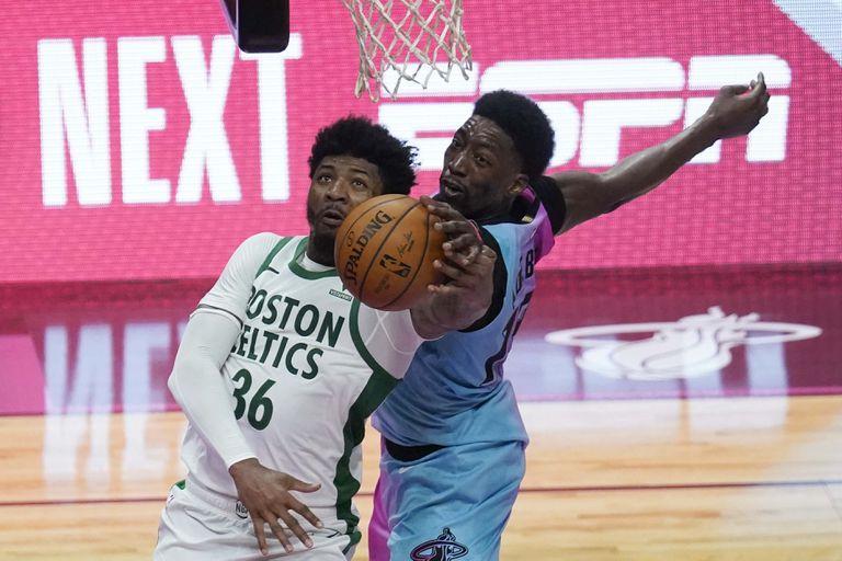 Adebayo obstaculiza a Smart en el Miami-Celtics disputado el 6 de enero.