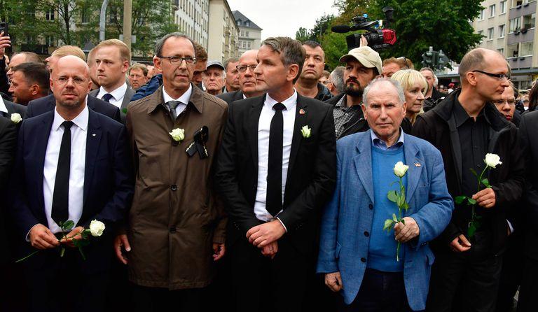 De izquierda a derecha con chaqueta negra y camisa blanca, Andreas Kalbitz y Björn Höcke (en el centro), destacados líderes del ala más radical de AfD durante una marcha en Chemnitz, en el este de Alemania, en 2018.