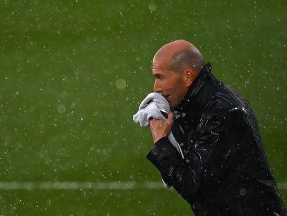 Zidane se seca el agua de lluvia con una toalla durante el Real Madrid-Eibar.