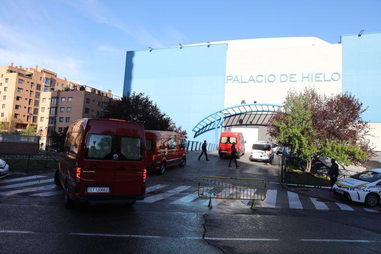 Miembros de la Unidad Militar de Emergencias (UME) acceden este lunes al Palacio de Hielo, en Madrid