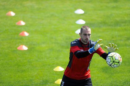 Pau López, en un entrenamiento del Espanyol.