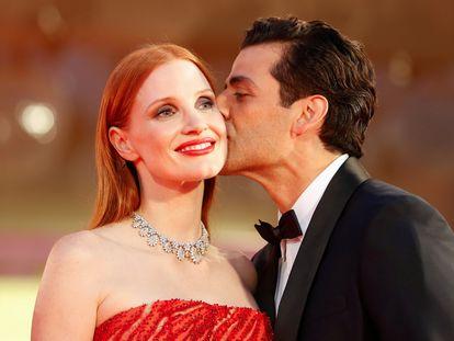 Oscar Isaac besa a Jessica Chastain antes de la proyección de gala de 'Secretos de un matrimonio', en el festival de Venecia.