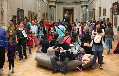 Turistas en una sala del Museo del Louvre (París).
