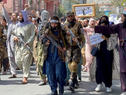 Milicianos talibanes vigilaban una protesta en Kabul, este martes.
