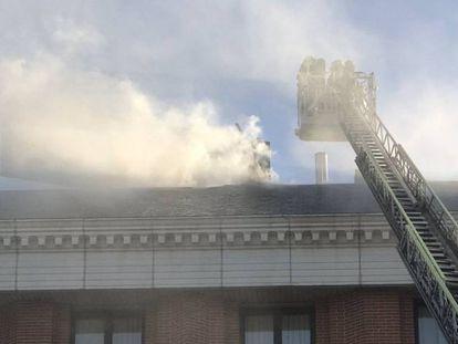 Bomberos trabajando en un incendio en una imagen de archivo.