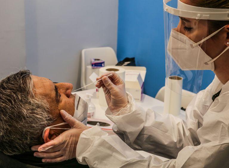 Una enfermera realiza una prueba de antígenos a un ciudadano en Madrid en enero.