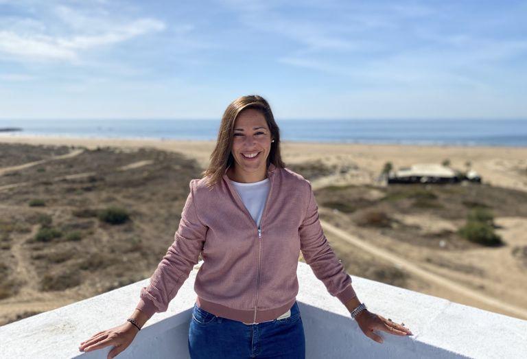 Teresa posa en la azotea del apartamento que ha comprado con su mujer en Punta Umbría, donde se ha instalado tras dejar Madrid a consecuencia de la pandemia.