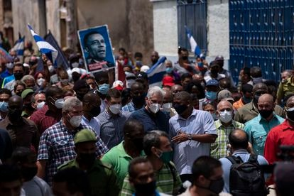 El presidente cubano, Miguel Díaz-Canel, camina por las calles de San Antonio de los Baños tras las protestas de este domingo.