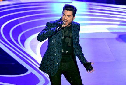 Adam Lambert sobre el escenario de los Oscar, cantando dos temas de Queen que abrieron la gala.