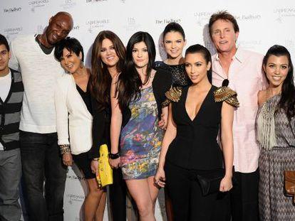 De izquierda a derecha, Rob Kardashian, Lamar Odom, Kris Jenner, Khloé Kardashian, Kylie Jenner, Kendall Jenner, Kim Kardashian, Bruce Jenner y Kourtney Kardashian, en California, en 2011.