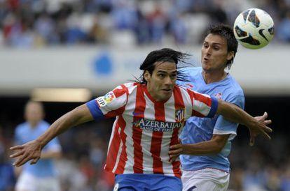 Falcao protege el balón ante Jonatan Vila