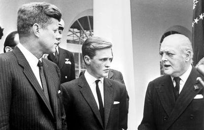 El hijo y el nieto de Winston Churchill, junto al presidente John F. Kennedy, que sufría inflamación crónica de la próstata